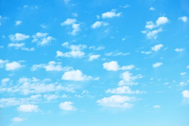 小さな白い雲がたくさんある青い春の空