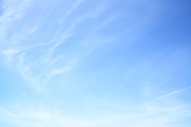 Голубое весеннее небо с легкими облаками - естественный фон