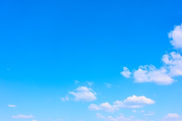 白い雲と青い春の空-あなた自身のテキストのための広いスペースを持つ自然な背景