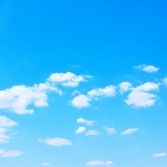 白い雲と青い春の空-あなた自身のテキストのためのスペースを持つ自然な背景。四角いトリミング