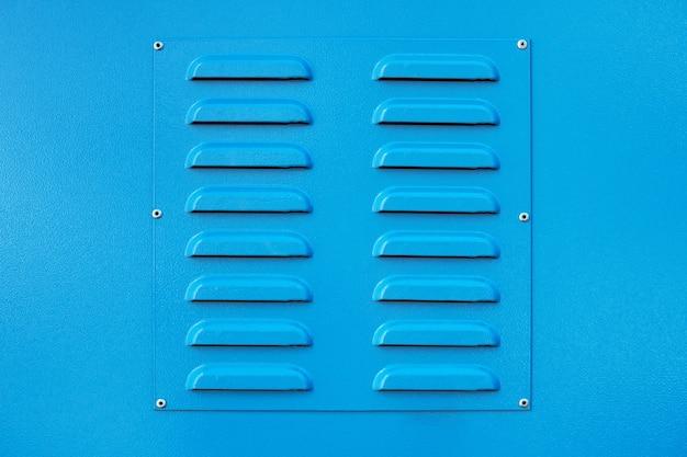 Металлическая вентиляционная решетка квадратного цвета синего цвета, квадратная форма, новая, вблизи, подает свежий воздух и охлаждает