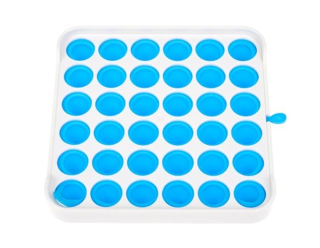 青い四角いシンプルなディンプル、ポップ。子供と大人のためのファッショナブルでモダンな抗ストレス玩具。