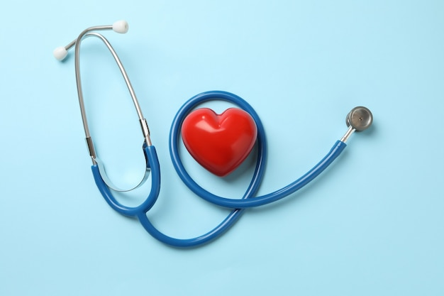 블루 청진 기 및 파란색 표면에 심장
