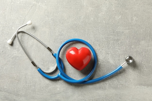 블루 청진 기 및 회색 표면에 심장