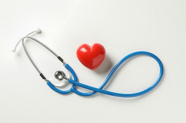 블루 청진 기 및 백색 표면에 심장