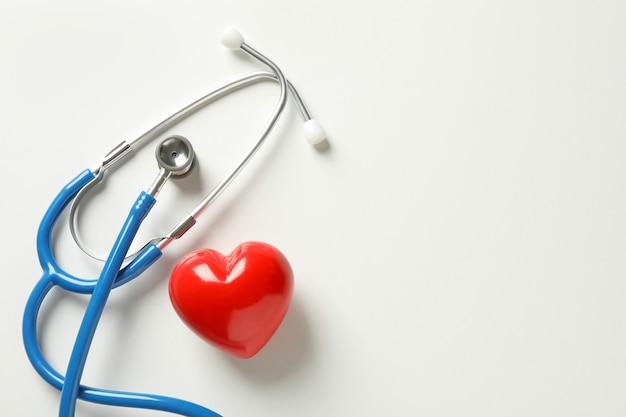 블루 청진 기 및 화이트에 심장
