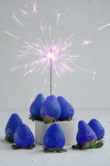 Голубая клубника с бликами на белом фоне