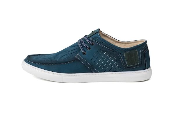 푸른 여름 남자 신발 흰색 표면에 격리. 편안한 여름 남성 신발.