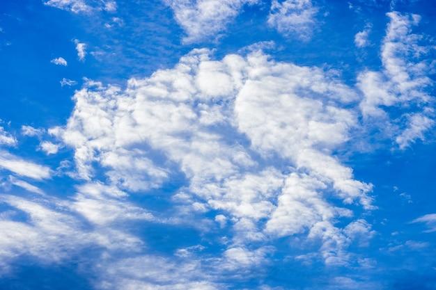 흰 구름이 움직이는 푸른 맑은 하늘