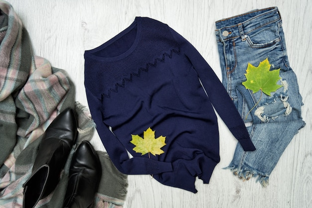 青いセーター、スカーフ、ジーンズ。ファッショナブルなコンセプト