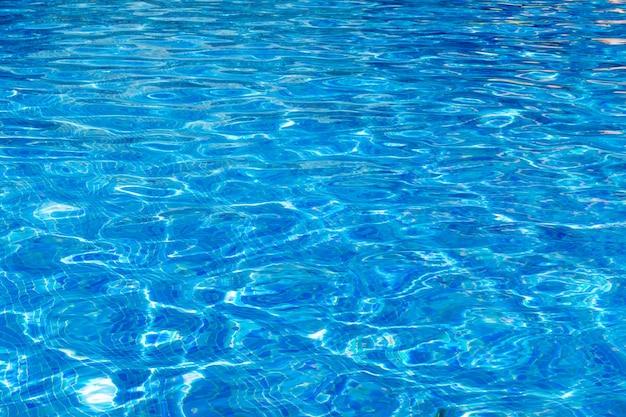 Синий бассейн, фон из воды в бассейне.