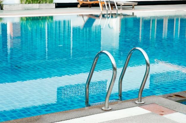 Blue swimming poolコピースペースで遊ぶことを好む人のために熱いプレーをする準備ができている。