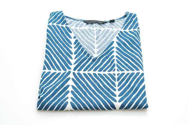 Синяя футболка с белой полосой на белом фоне