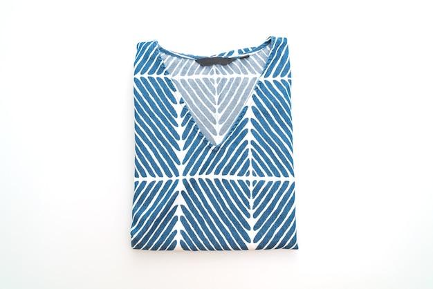 흰색 표면에 고립 된 흰색 스트립과 파란색 티셔츠