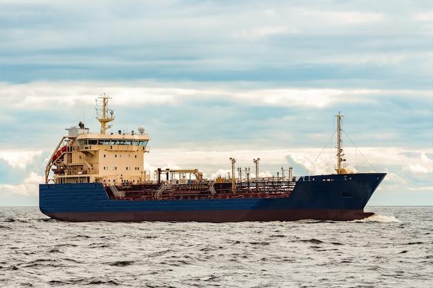 Синий танкер. транспортировка токсичных веществ и нефтепродуктов
