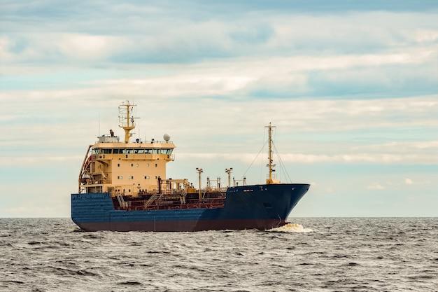 ブルータンカー。有毒物質および石油製品の移動