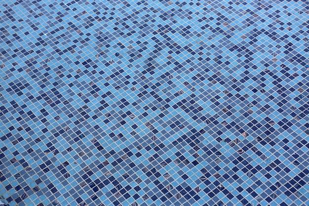 Синий плиткой фон бассейна