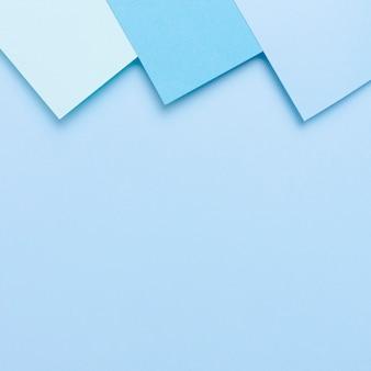 Голубой тонированный пакет листов бумаги с копией пространства