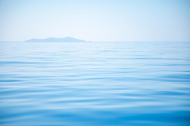 自然の背景としてブルー トーン水波表面
