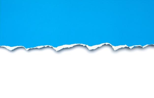 블루 찢어진 된 종이 흰색 배경에 고립