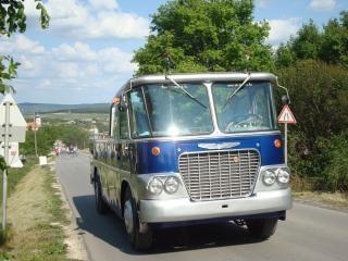青い観光バス