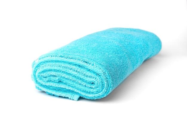 白い表面に分離された青いタオル