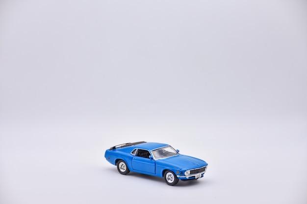 白い背景の上の青いおもちゃの車、青い車