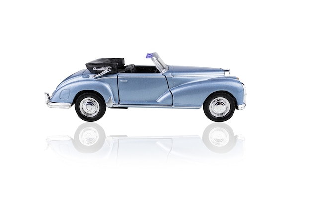 파란색 장난감 컨버터블 자동차 측면보기, 흰색 절연.