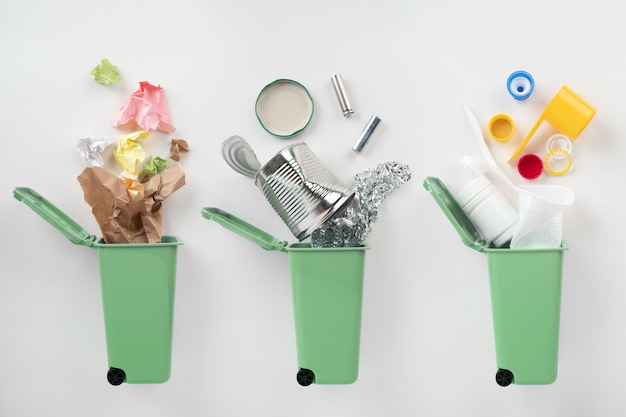 파란색 쓰레기통 및 회색 배경에 모듬 된 쓰레기. 재활용 개념