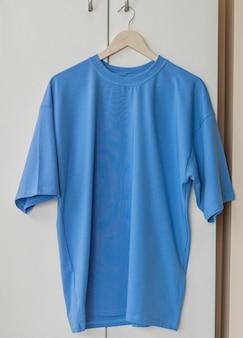 あなた自身のグラフィックの準備ができているハンガーの青いtシャツ
