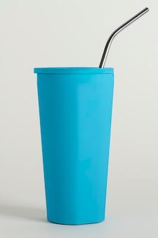 빨대 디자인 리소스가 있는 파란색 텀블러