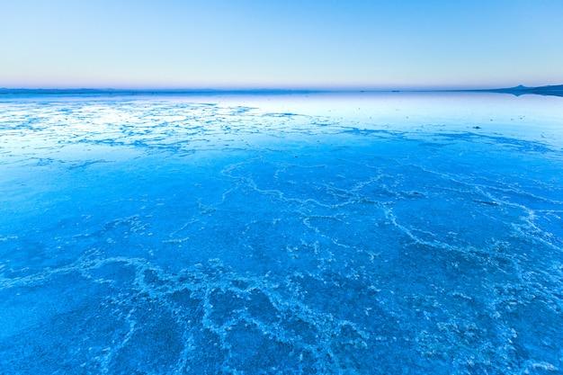 塩の平原に沈む夕日