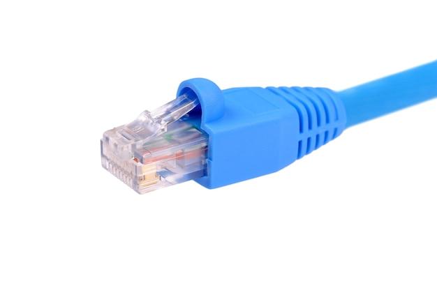 Синий сетевой кабель utp cat6, изолированный на белом