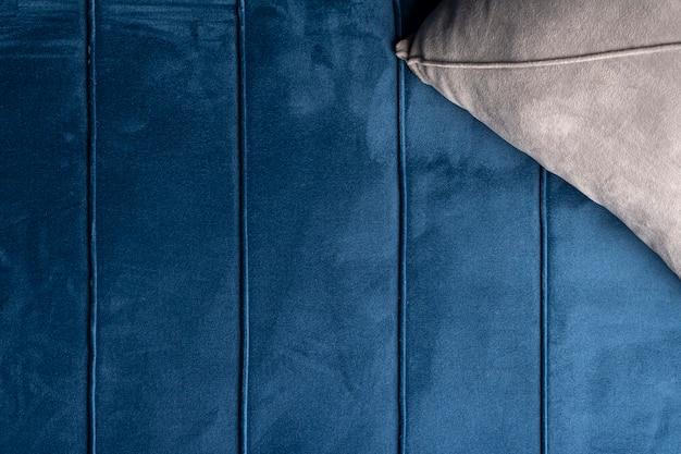 青いベルベットのソファの質感、上面図