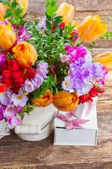 青、紫、赤のフリージアと範囲のチューリップの花