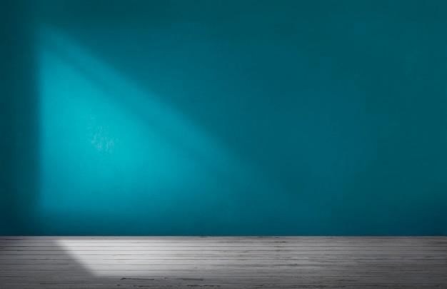Синяя стена в пустой комнате с бетонным полом