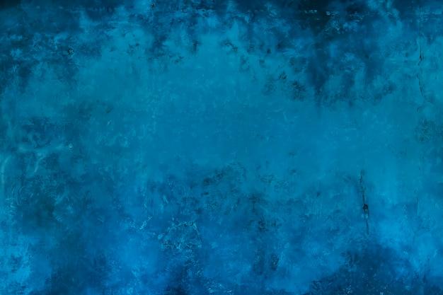 Синяя стена в интерьере с нанесенной на нее фактурой поверхностей натурального мрамора в технике венецианской штукатурки.