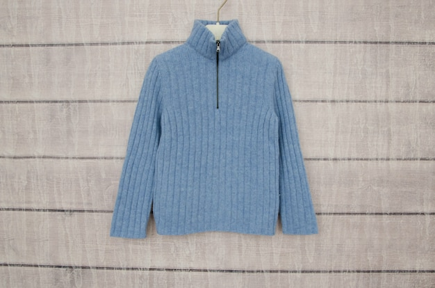Синяя теплая куртка висит на вешалке