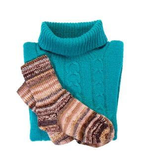 패턴과 양말이있는 파란색 따뜻한 니트 스웨터. 흰색으로 분리하십시오. 따뜻한 겨울 옷.