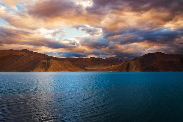 Голубая вода на озере пангонг (pangong tso) с ярким облачным небом, лех, ладакх, индия