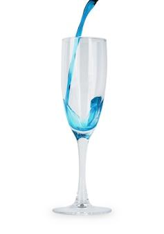 白い背景で隔離のガラスの青い水