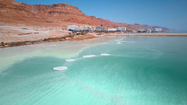 Голубая вода мертвого моря, береговая линия пустыни, вид с воздуха, кристаллы соли на поверхности мертвого моря, израиль, высокое качество фото