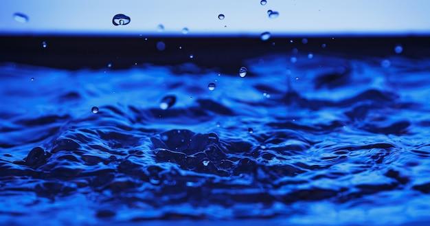 푸른 물 튀는입니다. 액체 방울.