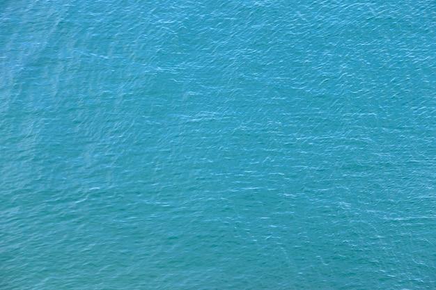 太陽の反射と青い水