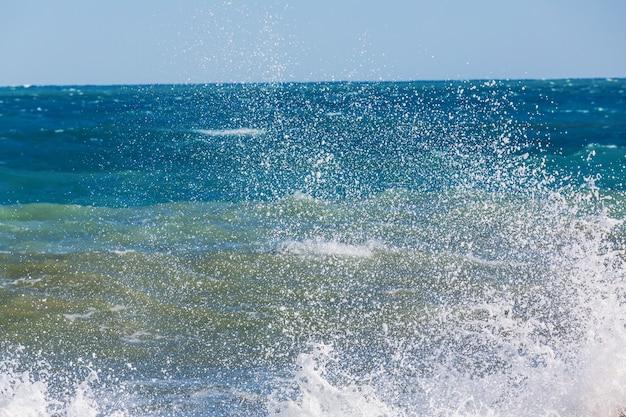 ビーチの青い波。