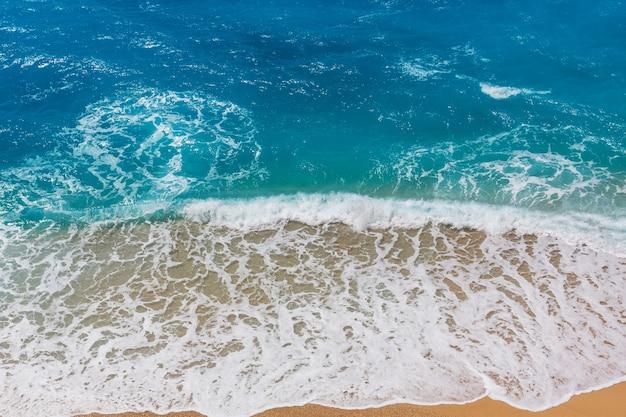 Голубая волна на пляже.