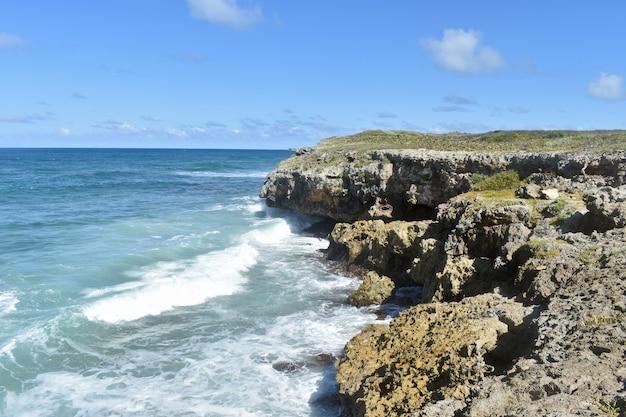 Синие волны бьют о высокие скалы