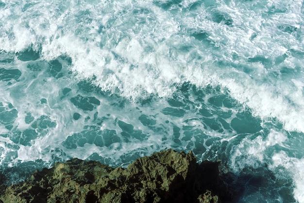 푸른 파도가 높은 절벽을 치다