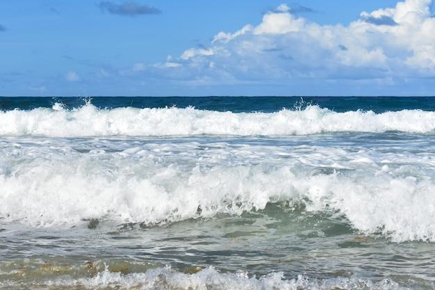 Синие волны бьют по берегу
