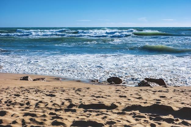 地中海のビーチの青い波